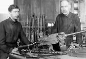 Ф. В. Токарев с сыном Николаем у ручного пулемета системы Максима-Токарева образца 1925 года