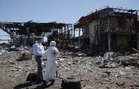 По данным минобороны ДНР, общие потери вооруженных сил Украины в районе аэропорта составили около 600 человек. На фото: сотрудники Международного Комитета Красного Креста на месте разрушенного аэропорта Донецка