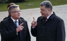 Ukrainian President Petro Poroshenko speaks with his Polish counterpart Bronislaw Komorowski (archive)