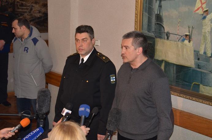 Контр-адмирал Денис Березовский (слева) и председатель Совета министров Крыма Сергей Аксенов
