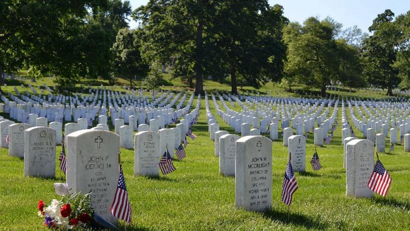 В День поминовения у всех могил на Арлингтонском кладбище ставят флажки
