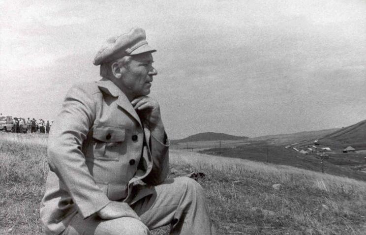 Конструктор стрелкового оружия Михаил Калашников на родине - в селе Курья на Алтае