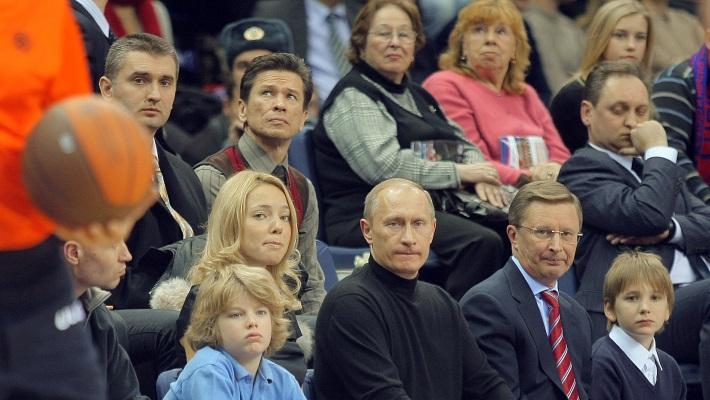 На матче ПБК ЦСКА рядом с Владимиром Путиным. Декабрь 2008 года