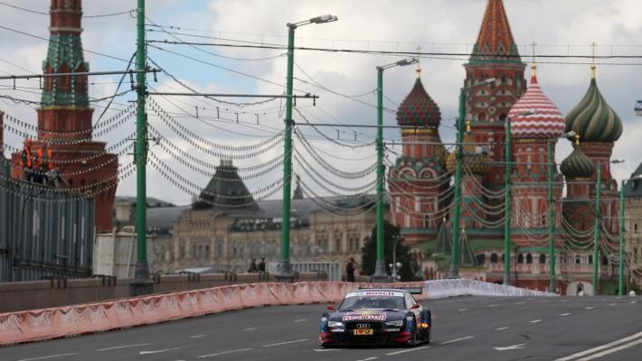 Машина пилота Майка Рокенфеллера во время показательного заезда немецкой гоночной серии DTM