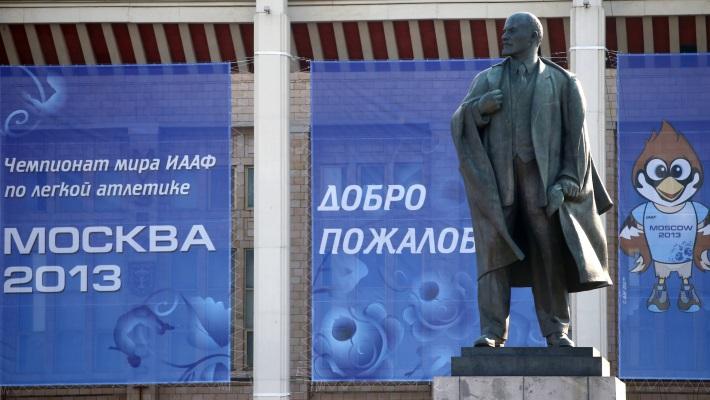 Статуя Ильича на фоне обновленных