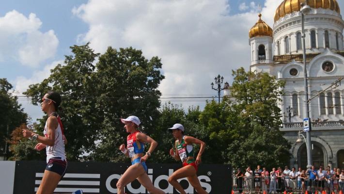 Альбина Майорова /в центре/ на марафоне