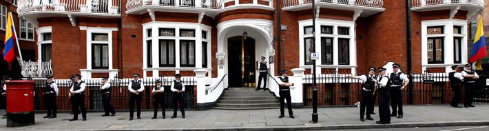 Полиция возле посольства Эквадора