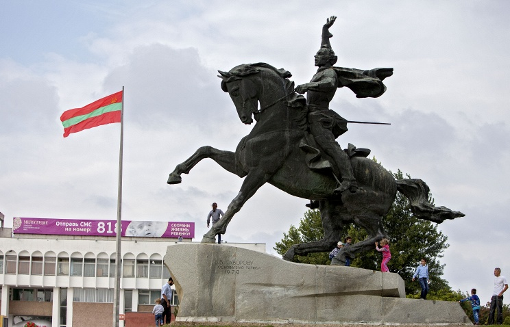 A monument to Russian General Suvorov and Transniestria flag seen in Tiraspol (archive)