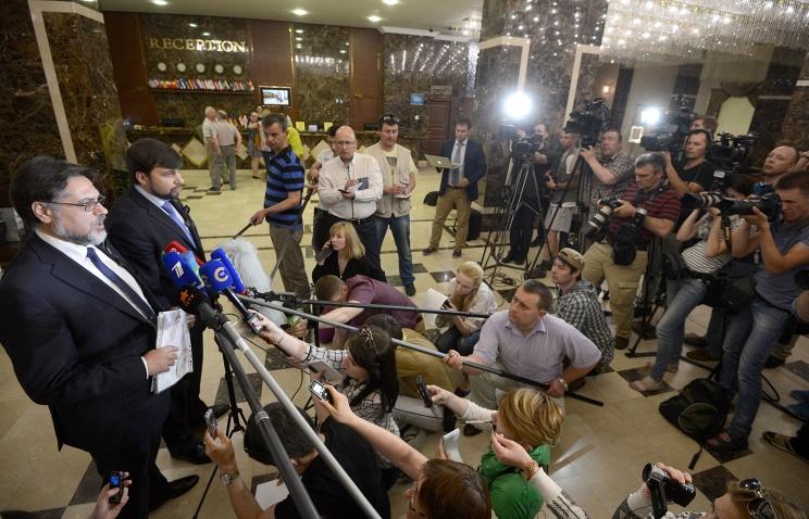 Denis Pushilin and Vladislav Deinego talking to reporters