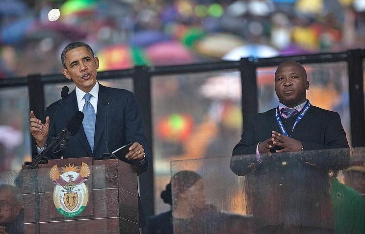 Президент США Барак Обама и сурдопереводчик Тамсанка Джантиле (справа) во время панихиды по Нельсону Манделе