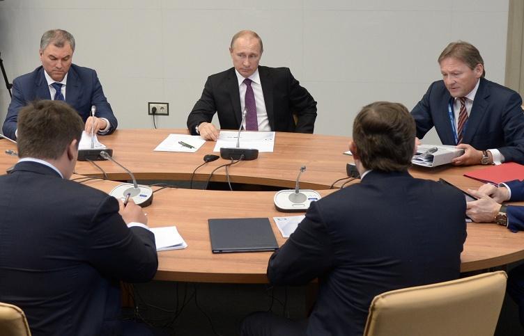 Президент России Владимир Путин на встрече с уполномоченным по защите прав предпринимателей Борисом Титовым (справа)